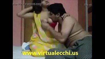 Две без лишней одежды лесбиянок на кожаном диване развлекаются фистингом