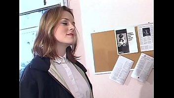 Молодая жена лижет любовникам во времячко видеозвонка мужу