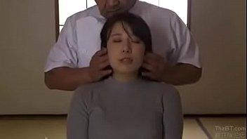 Альфа трахаль очень больно пердолит пизду брюнетку с крупными сиськами