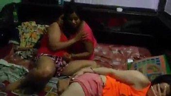 Яркий кайф девчушки на огромной диванчика