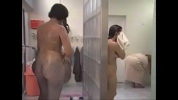 Черный страпон помогает двум лесбиянкам заниматься порно