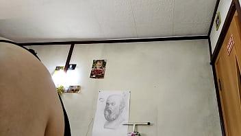Белобрысая баба с силиконовыми сисяндрами дрочит на кровати