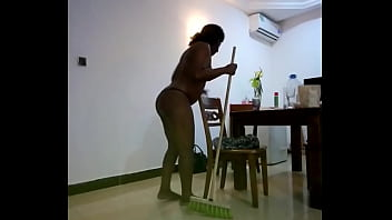 Молодая девица в синем труселя позирует напротив вебкамеры