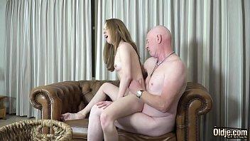 Мускулистый парень раком пердолит в попку молодую подружку возле стены