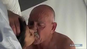 Busty babe учит ее белокурые gf как squirt
