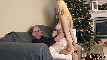 Онанист оставил отдыхать подружку и поебался с грудастой мамулей