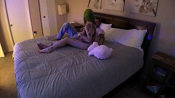 Лесбияночка ебет толстушку фаллоимитатором