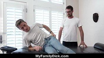 Шлюха на кухонном столе кончает от мастурбации
