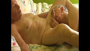 Женщина насаживается аналом на приличный хер татуированного факера