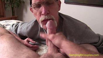 Дед долбит внучку в анальное отверстие и приносит пососать