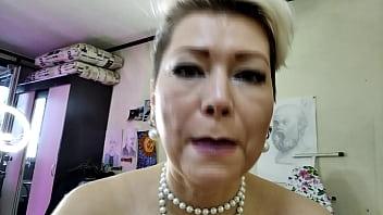 Мускулистый парень трахает раком на полу платиновую блонди в чулках