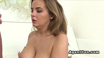 Блудливая секретарша с огромными дойками халтурит в рабочее время