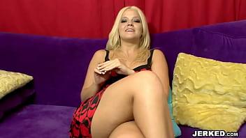 Милая муллатка сосет белоснежный пенис перед порно в обе щели