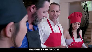 Рыжая девушка подставляет заросшую лобковыми волосами мохнатку под фаллос